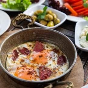 kahvaltı sucuk yumurta